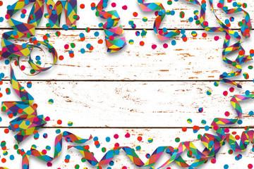 papierschlangen, konfetti au weissem vintage holz