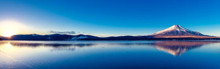 Foto auf AluDibond Gebirge 富士山と山中湖の逆さ富士