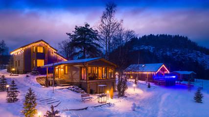 Photo sur Plexiglas Lilas Village village. Three houses. Snow-covered houses. The village is under the snow.