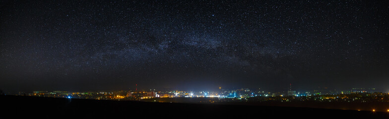 Panoramic view of the starry night sky above the city. Fototapete