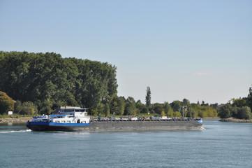 Transportschiff auf dem Rhein bei Mainz