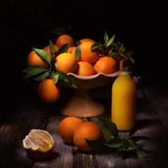 Natura morta con arance e succo di arance