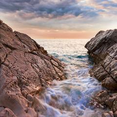 Piękny seascape blisko Dubrovnik w Adriatyckim morzu przy zmierzchem. Kolorowy lato zmierzch w Dalmatia, Chorwacja, Europa. Styl artystyczny po przetworzeniu zdjęcia.
