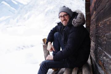 Mann in Winter-Landschaft