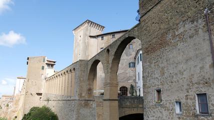 Antiche mura di Pitigliano in Toscana