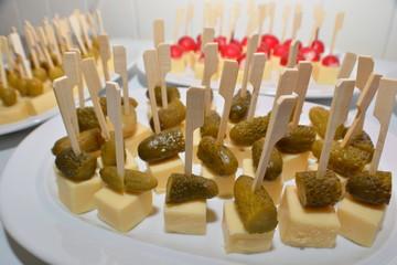 Fingerfood, Käse Sticks mit Essiggurken und grünen Oliven