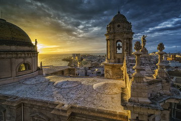 Photo Stands Old building Sunset Over Cathedral Cadiz Spain