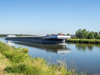 Main-Donau-Kanal mit Containerschiff