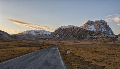Italy, Abruzzo, Gran Sasso e Monti della Laga National Park, Plateau Campo Imperatore and summit Corno Grande at sunset in winter