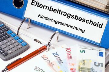 Kindergarten / Aktenordner mit den Worten Elternbeitragsbescheid und Kindertageseinrichtung