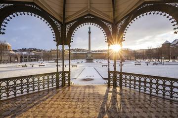 Germany, Stuttgart, pavilion, Schlossplatz, Neues Schloss and jubilee column in winter