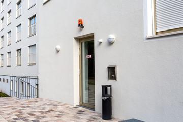 Hauseingang mit Signalleuchte und Glastür