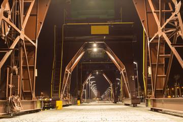 Dźwigi przemysłowe w nocy