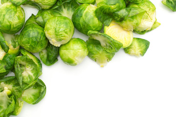 Photo sur Plexiglas Bruxelles Boiled Brussels sprout heads with separated leaves in the corner top view isolated on white background.