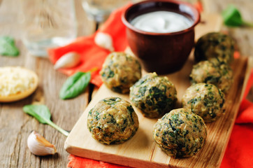 Cheese spinach balls with greek yogurt sauce