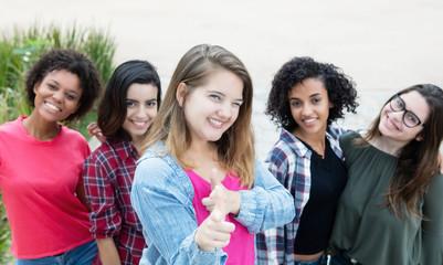 Gruppe mit 5 internationalen Frauen