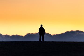 夕日と男性