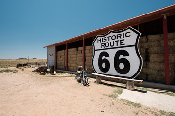 In de dag Route 66 Old motorcycle near historic route 66 in California