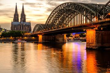 Kolońska katedra i Hohenzollern most przy zmierzchem, Niemcy