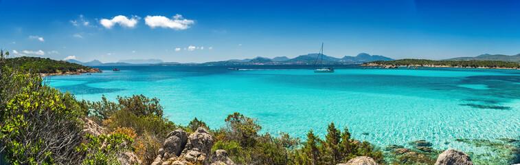 Panoramica sul bellissimo mare turchese e cristallino della baia di Petra Ruja - Costa Smeralda - Costa nord est della Sardegna