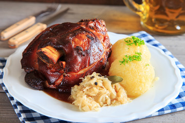 deftige Schweinshaxe mit Sauerkraut