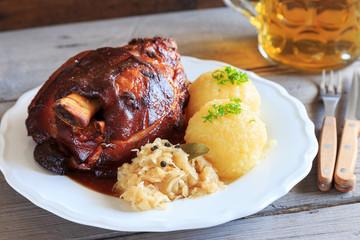 Grillhaxe mit Sauerkraut und knödeln
