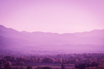 Piękny Pyrinees góry krajobraz przy złotą godziną od pictoresque miasteczka Puigcerda w Catalonia, Hiszpania. Styl Ultra Violet