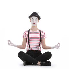 jeune fille mime maquillage blanc théâtre mimant pose lotus yoga