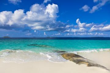 Schöner Maledivenstrand mit Wellenbrecher
