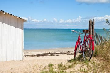 Vélo rouge sur plage Vendéenne Fototapete