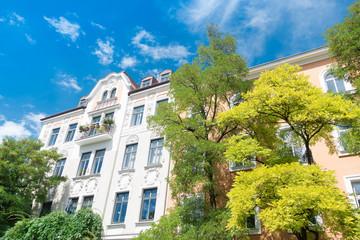 Altbau - Mietshaus und Bäume in Deutschland