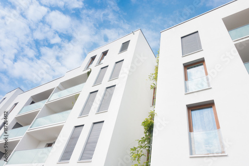 Moderne Fassade moderne fassade eigentumswohnungen stock photo and royalty free