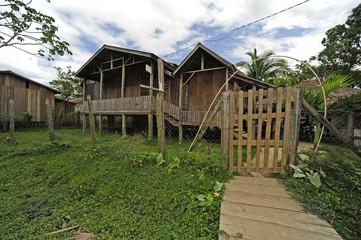 traditionelle Pfahlhäuser der Moskitoindianer in Honduras