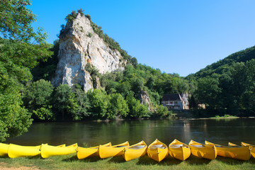 Tuinposter Rivier River the Dordogne with canoes for rent