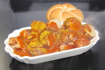 Portion Currywurst mit Brötchen