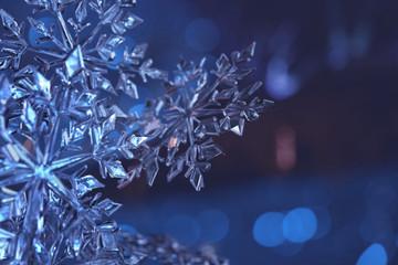 Eiskristalle vor blauem Hintergrund