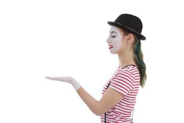 jeune fille mime maquillage blanc théâtre tenant un objet dans la paume de sa main