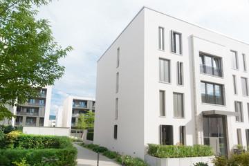 moderne Wohnhäuser in einem Neubaugebiet