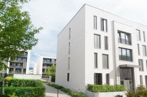 Moderne Wohnhäuser moderne wohnhäuser in einem neubaugebiet stock photo and royalty