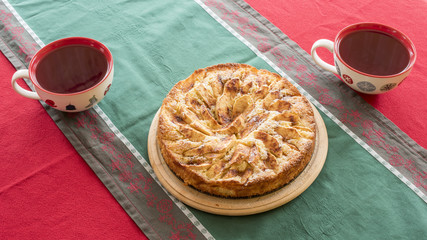 Frischer Apfelkuchen und zwei Tassen Tee