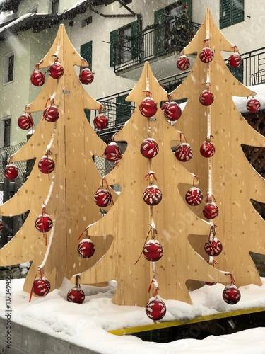 Foto Di Natale Neve Inverno 94.Albero Di Natale Bocce Di Natale Neve Inverno Chiesa Stock Photo