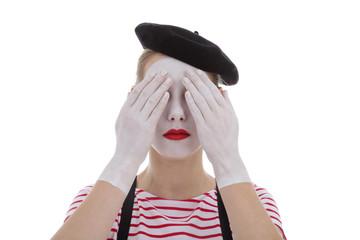 jeune fille mime maquillage blanc théâtre mimant aveuglement