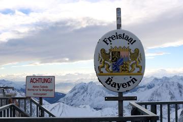 Schild Freistaat Bayern auf der Zugspitze