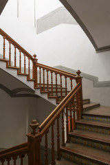 Escalera antigua decorada
