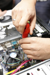 bilgisayar ve elektronik eşya tamiratı ,toravida ile vida söken eller.