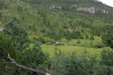 Einsame Holzhütte in bergiger Landschaft in Nordmexiko
