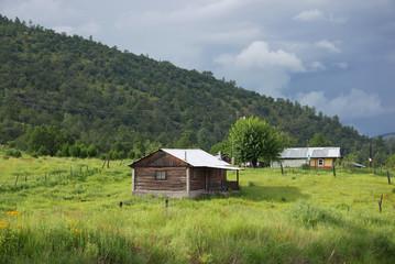 Kleines Blockhaus auf grüner Wiese