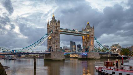 Photo sur Plexiglas Londres London cityscape with illuminated Tower Bridge over the River Thames