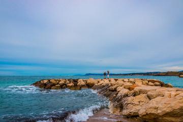 Femme et fillette sur la digue de la plage de la Coudoulière à Six-Fours-les-Plages
