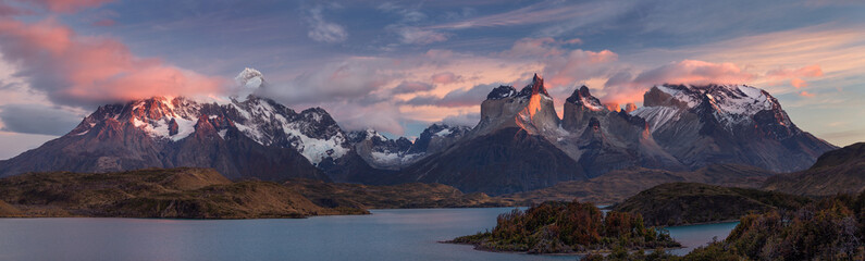 The Torres del Paine National Park. Scenic panorama landscape: mountains, glaciers, lakes and rivers in southern Patagonia, Chile. Fototapete